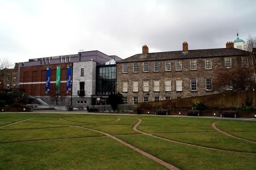 (fig.2) Vista de l'entrada a l'edifici actual de la Chester Beatty Library dins el recinte del Castell de Dublin.
